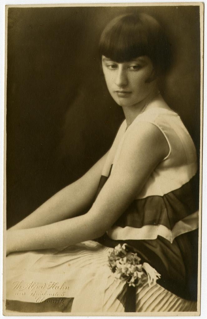 junge Frau mit Bubikopf-Haarschnitt. Alfred Hahn (Fotograf), um 1925 Ausstellung 150 Jahre Postkarte Museum für Kommunikation Berlin