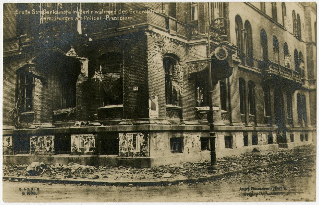 Straßenkampfschäden in Berlin 1919 Ausstellung 150 Jahre Postkarte Museum für Kommunikation Berlin